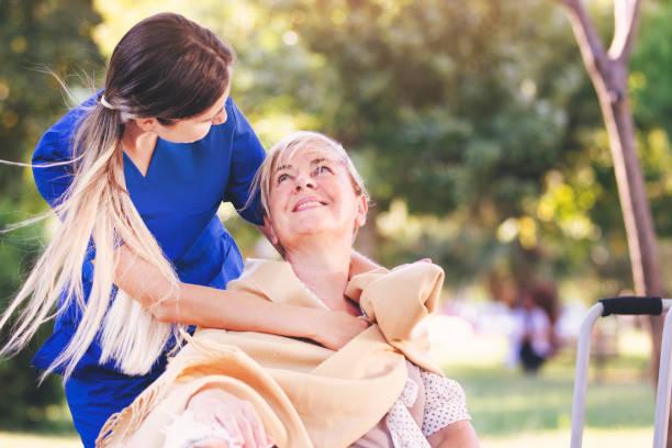 Krankenschwester hilft alten Frau für Komfort und Pflege – Foto