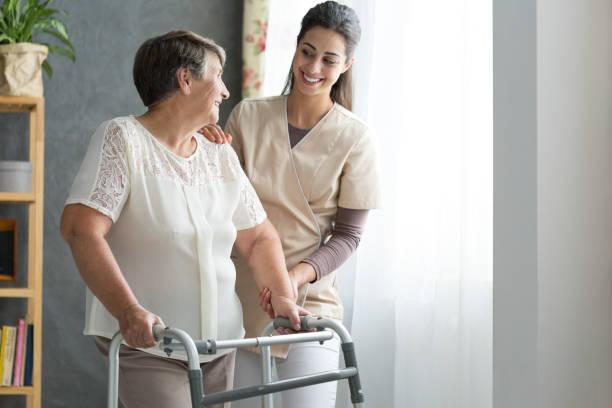 krankenschwester helfen senior zu fuß - gesundheit zu hause stock-fotos und bilder