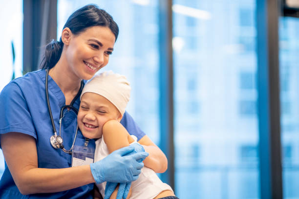 krankenschwester hugging junge krebs patient stock foto - krebs tumor stock-fotos und bilder