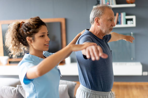 krankenschwester macht hausbesuch bei einem älteren patienten - gleichgewicht stock-fotos und bilder
