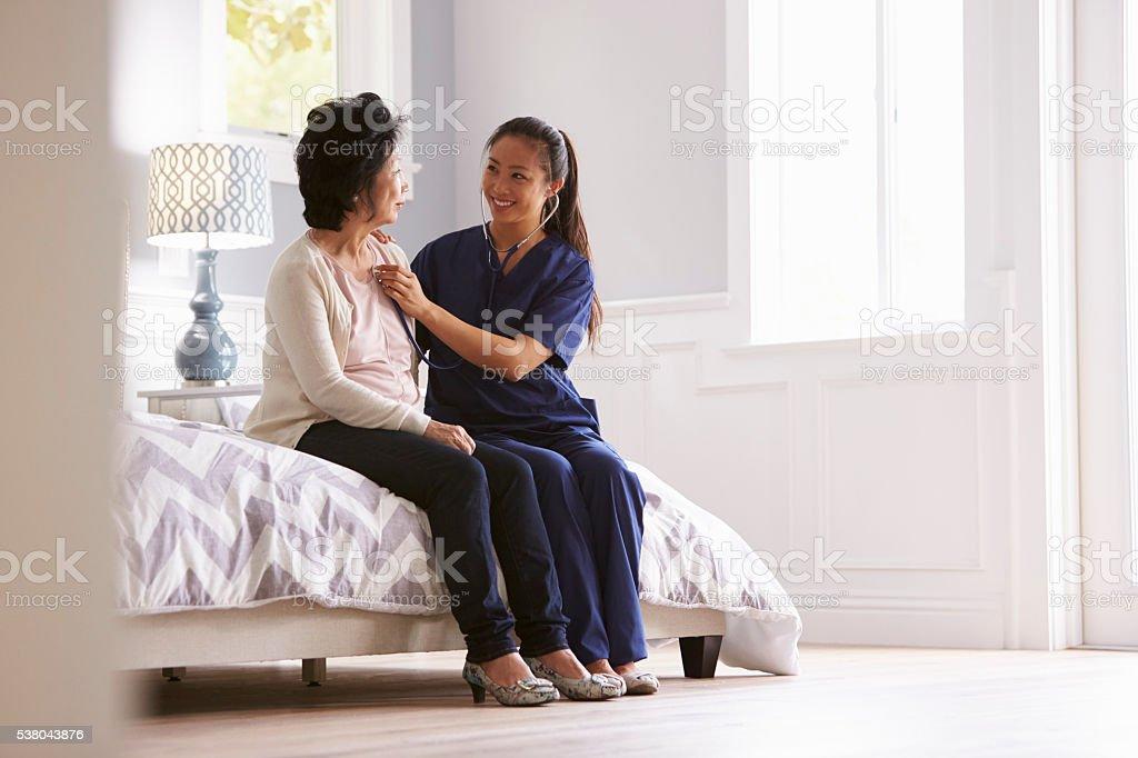 Nurse Making Home Visit To Senior Woman For Medical Exam圖像檔