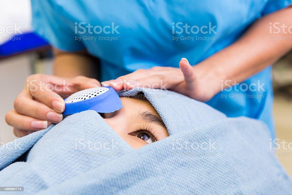Krankenschwester oder Chirurgische techician Vorbereitung patient für eye surgery – Foto