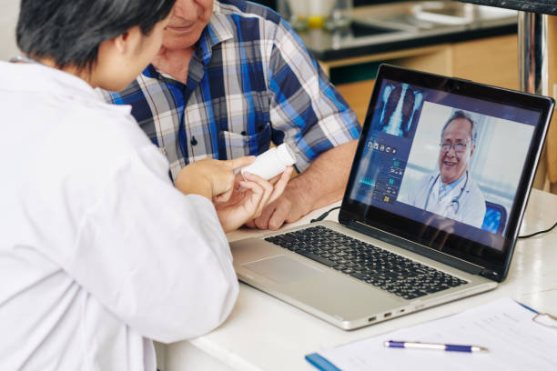 enfermera recomendando comprimidos al paciente - telehealth fotografías e imágenes de stock