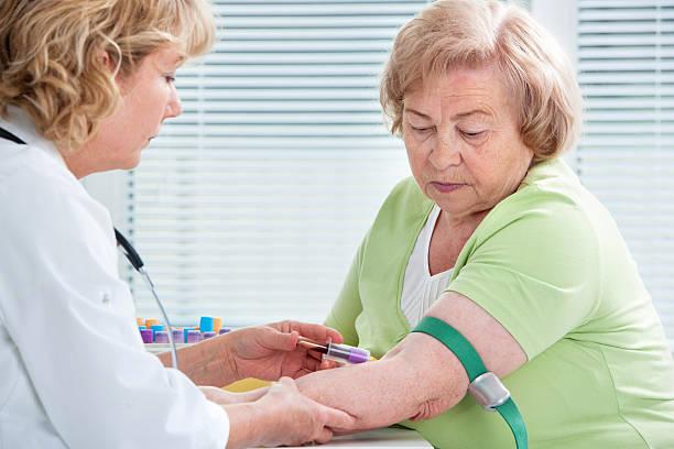 infirmière prenant prélèvement de sang - dessiner photos et images de collection