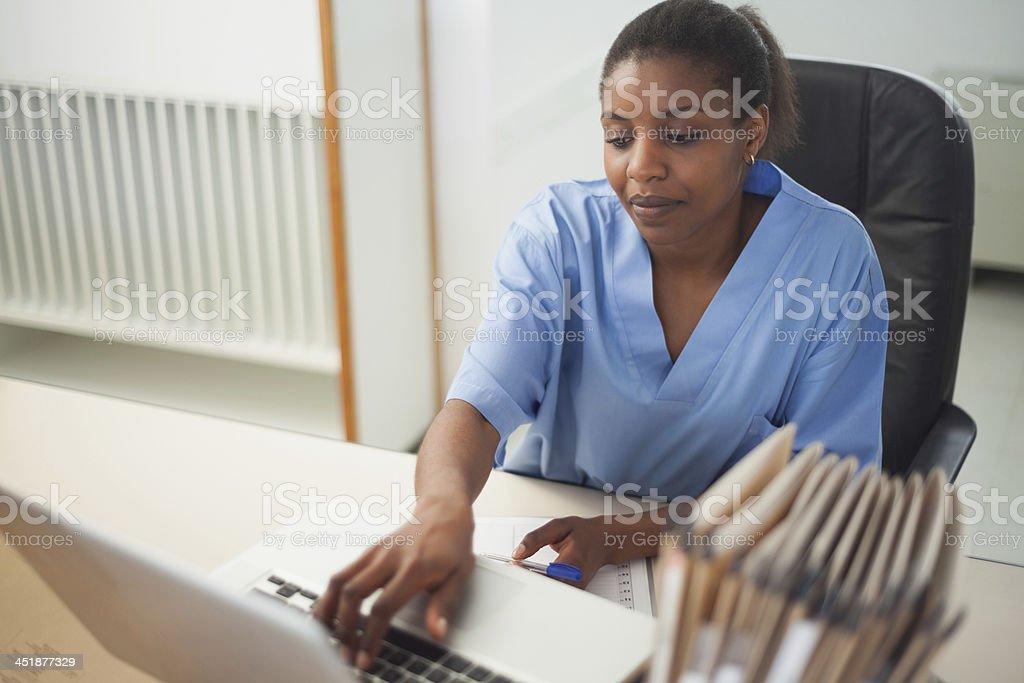 Krankenschwester mit laptop – Foto