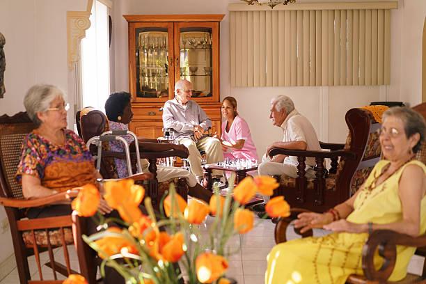 el personal de enfermería visita hombre en silla de ruedas en la institución de cuidados para enfermos terminales - geriatría fotografías e imágenes de stock