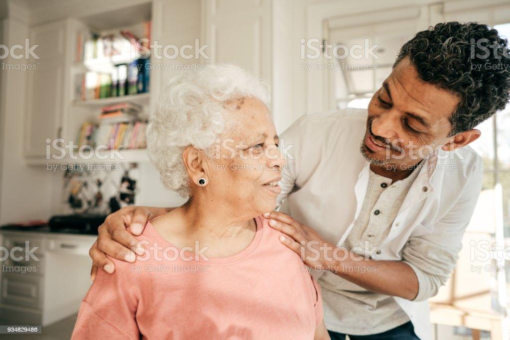 간호사 방문 고위 여자를 집에서 - 로열티 프리 2명 스톡 사진