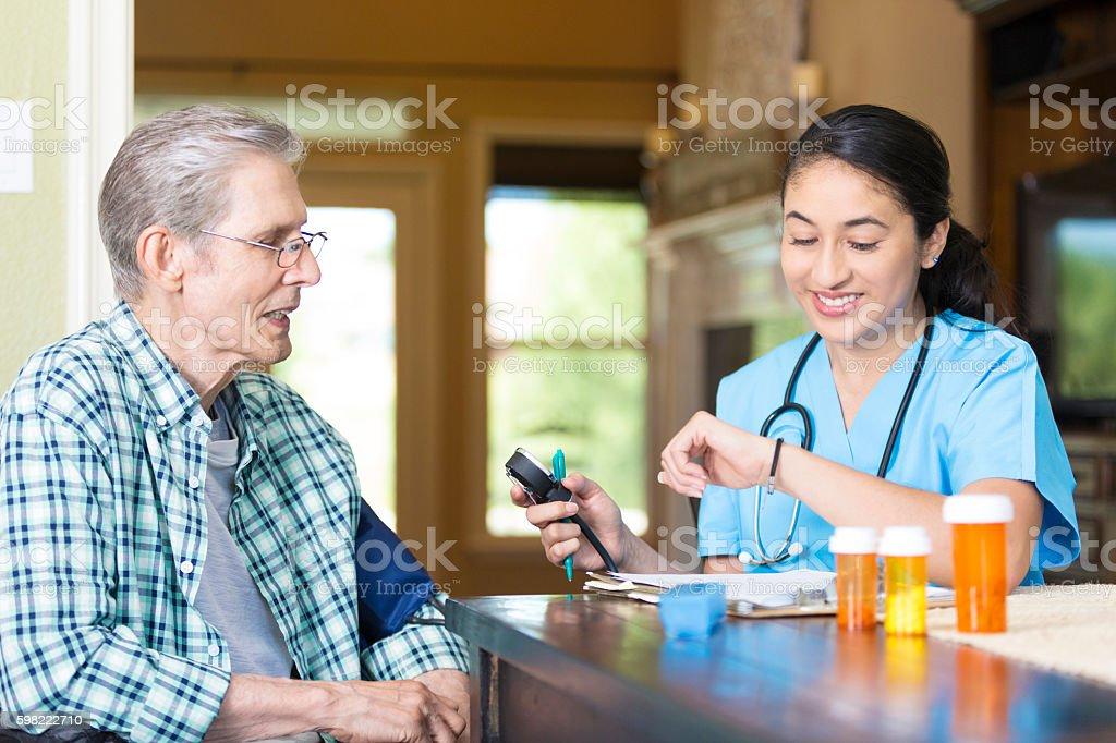 Nurse visits senior patient at his home foto royalty-free