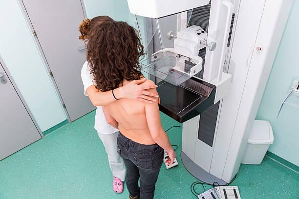 krankenschwester mit junge frauen, die mammography - mammografie stock-fotos und bilder