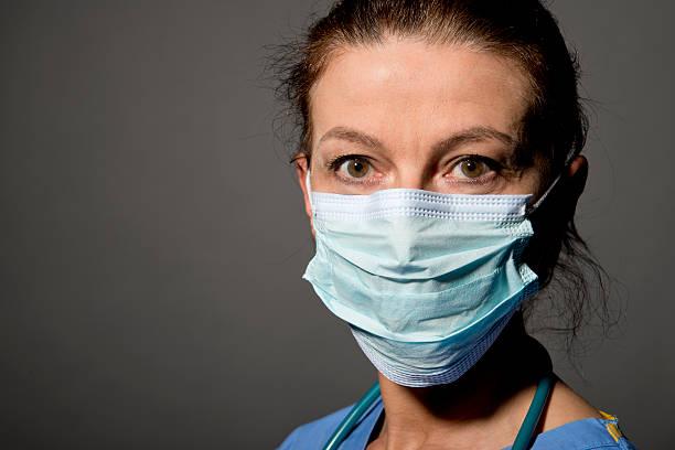 infermiera e dottore indossando mascherina chirurgica - indumento sportivo protettivo foto e immagini stock
