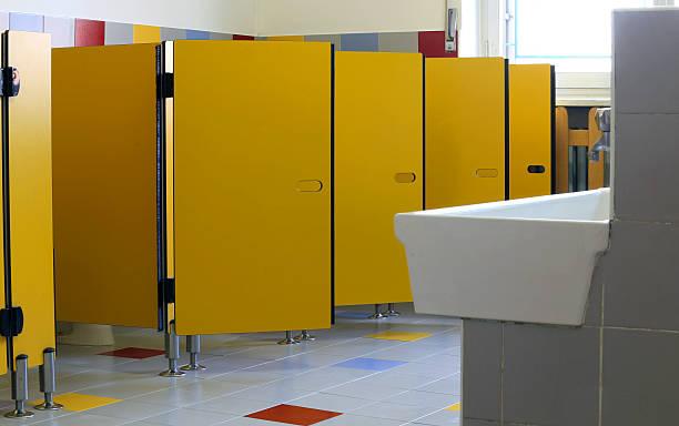 kindergarten badezimmer mit gelben türen der kabinen - kindergarten handwerk stock-fotos und bilder