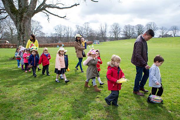 nursery easter egg hunt - vorschuldekorationen stock-fotos und bilder