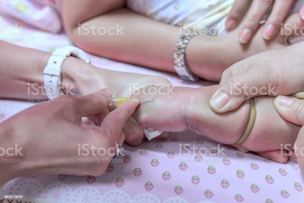 Verpleegkundigen zijn patiënt bloed naar saline intraveneus. Om te helpen bij de behandeling van ziekten behandeling in een ziekenhuisbed. royalty free stockfoto