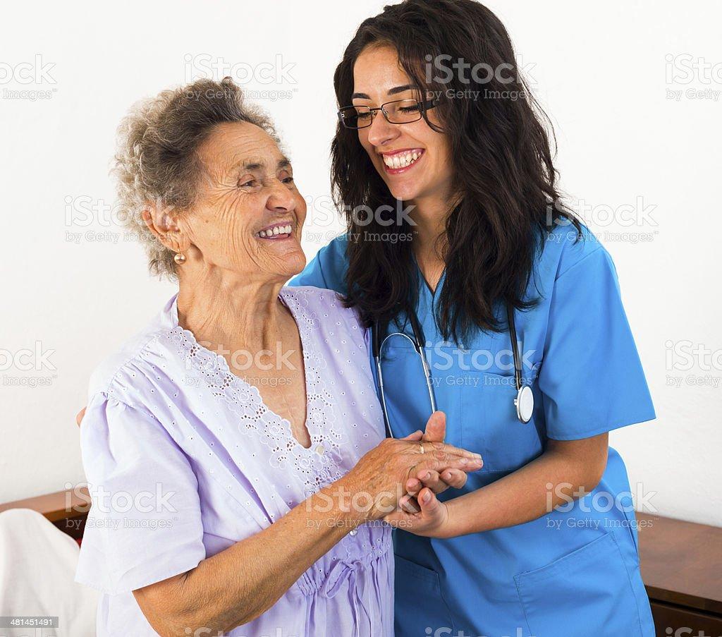 Krankenschwestern setzen die älteren Patienten – Foto