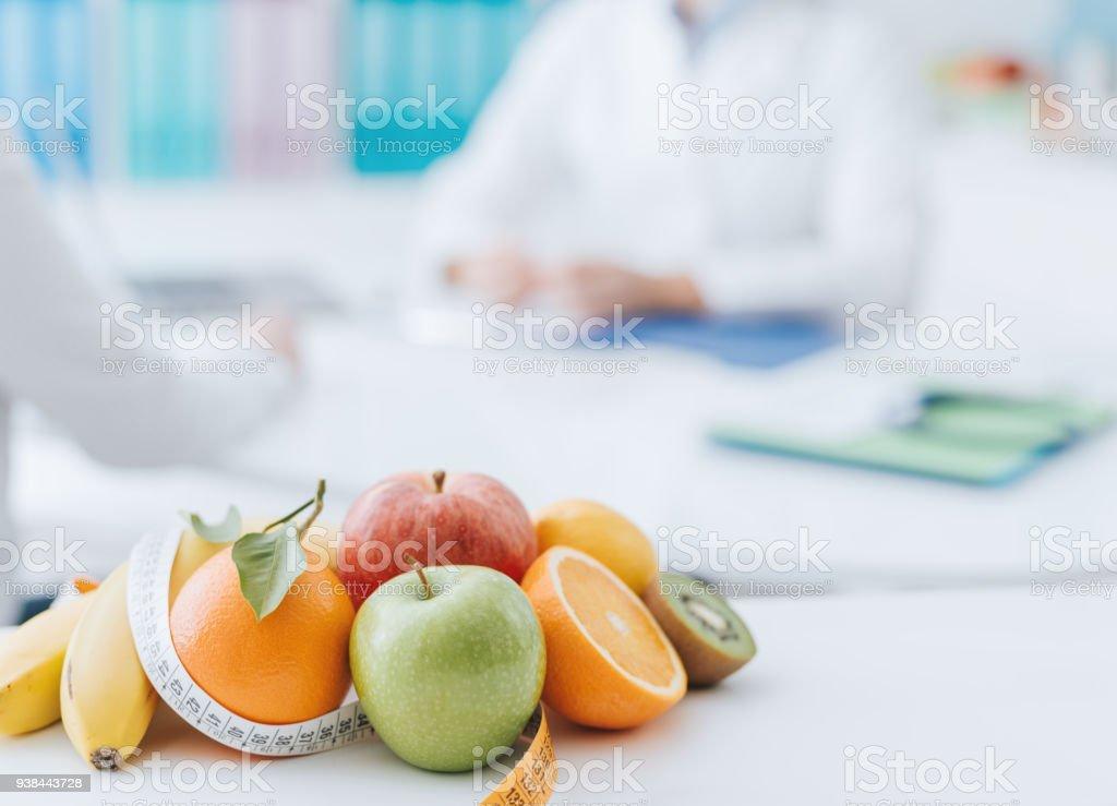 Ernährungsberaterin, die ein Patient im Büro treffen – Foto