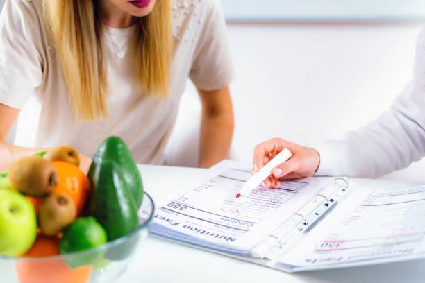 Ernährungsberaterin mit Patientin – Foto