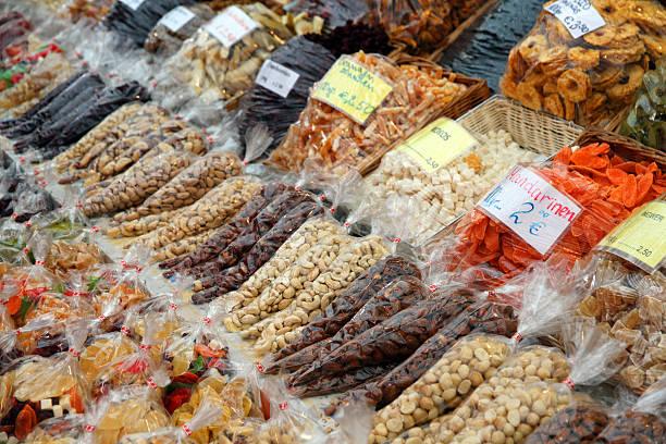 nüsse und obst - naschmarkt stock-fotos und bilder
