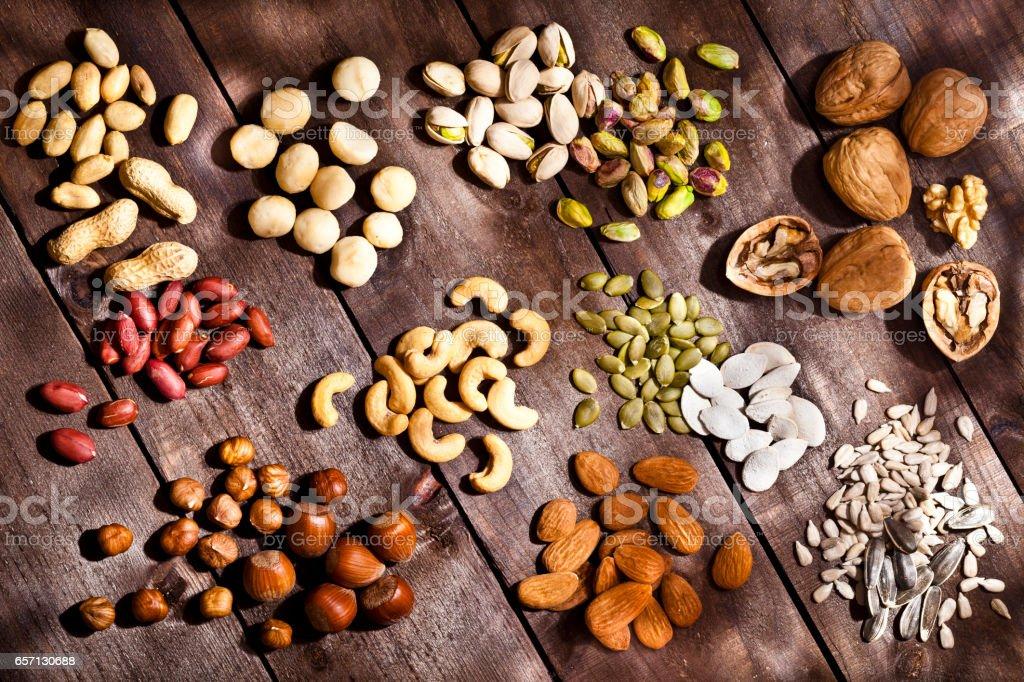 Colección de frutos secos en la mesa de madera rústica - foto de stock