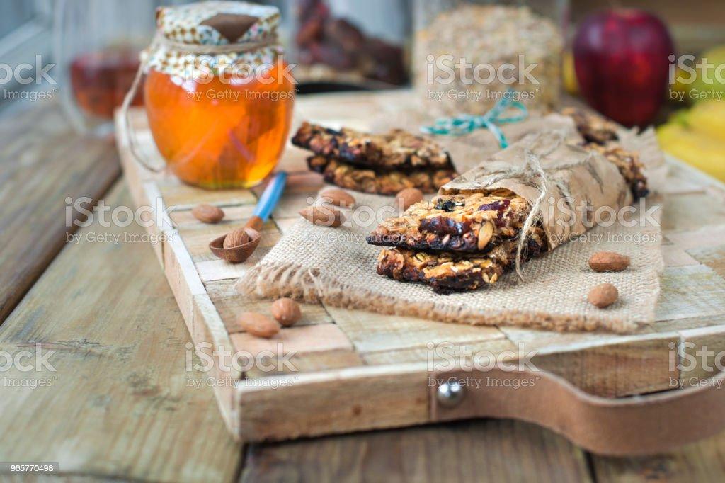 noten, honing, in een pot en een banaan op een houten tafel in de buurt van het oog. Gezond ontbijt. Vintage foto. - Royalty-free Amandel - Noot Stockfoto