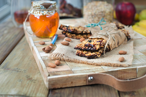 Noten Honing In Een Pot En Een Banaan Op Een Houten Tafel In De Buurt Van Het Oog Gezond Ontbijt Vintage Foto Stockfoto en meer beelden van Amandel - Noot