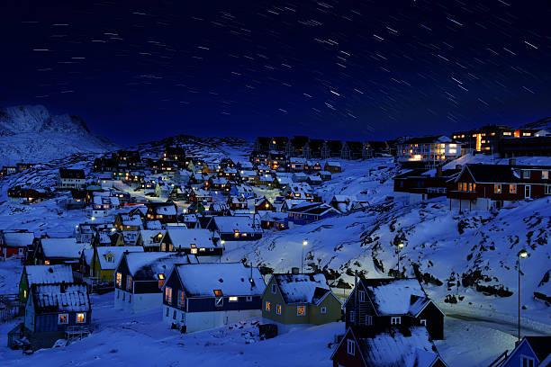 Nuuk la antigua ciudad de noche con rastro de estrella - foto de stock