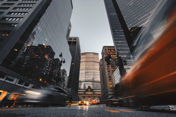nyc centrum wolkenkrabbers - laag camerastandpunt stockfoto's en -beelden