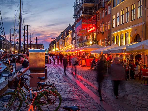 tramonto-nyhavn a copenaghen, danimarca. - danimarca foto e immagini stock
