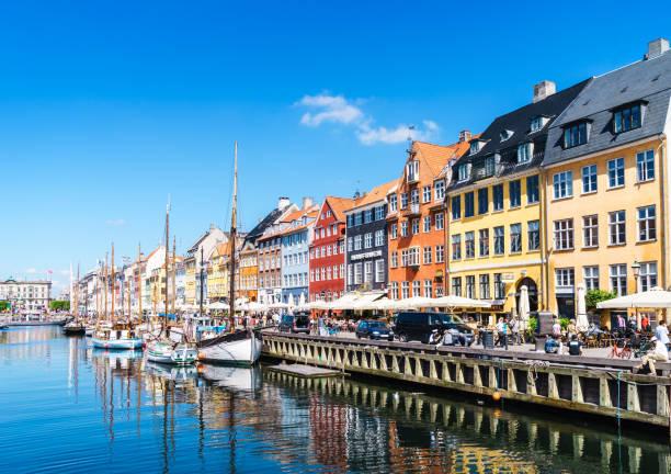 hafen nyhavn in kopenhagen - hotels in kopenhagen stock-fotos und bilder