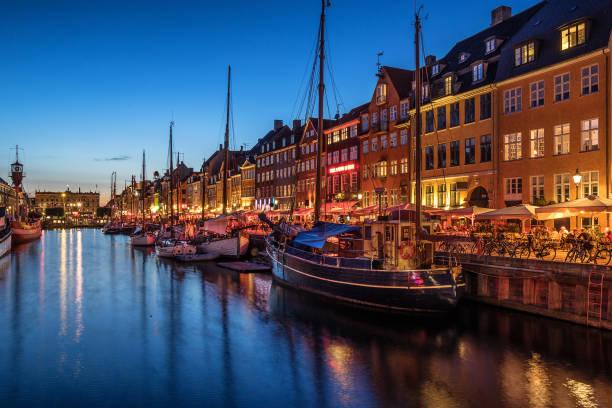 nyhavn in kopenhagen - hotels in kopenhagen stock-fotos und bilder
