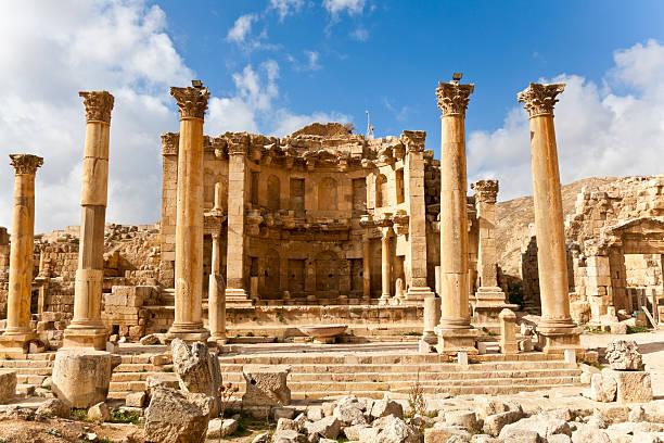 nymphaeum de jerash - jordan photos et images de collection