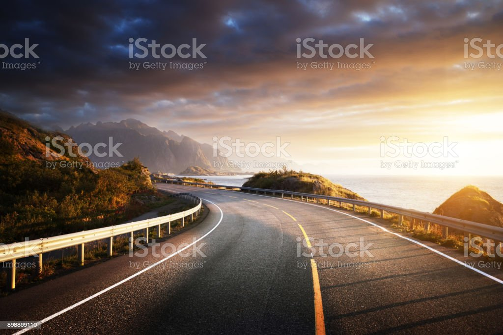 OAD vid havet i sunrise gång, Lofoten island, Norge bildbanksfoto