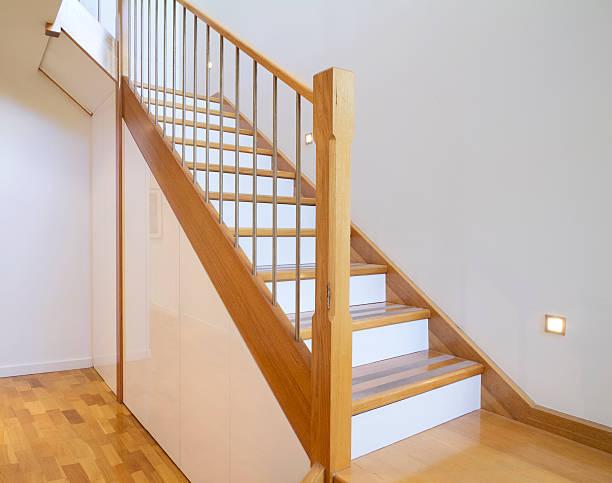 oak und weißen treppe home interior - kreativer speicher stock-fotos und bilder