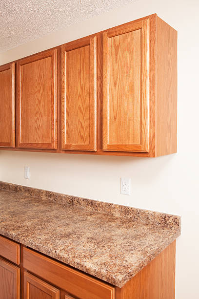 eiche schränke und laminat küche arbeitsplatte aus granit. - laminatschränke stock-fotos und bilder