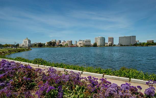 horizonte de oakland, california, cuenta con el lago merritt - oakland fotografías e imágenes de stock