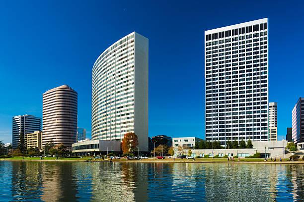 oakland rascacielos en el centro de la ciudad y el lago merritt - oakland fotografías e imágenes de stock