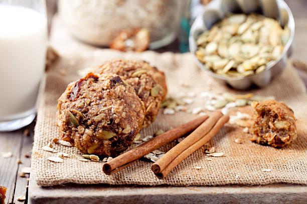hafer und erdnussbutter-cookies mit kürbiskerne, zimt, milch. - hafer cookies stock-fotos und bilder