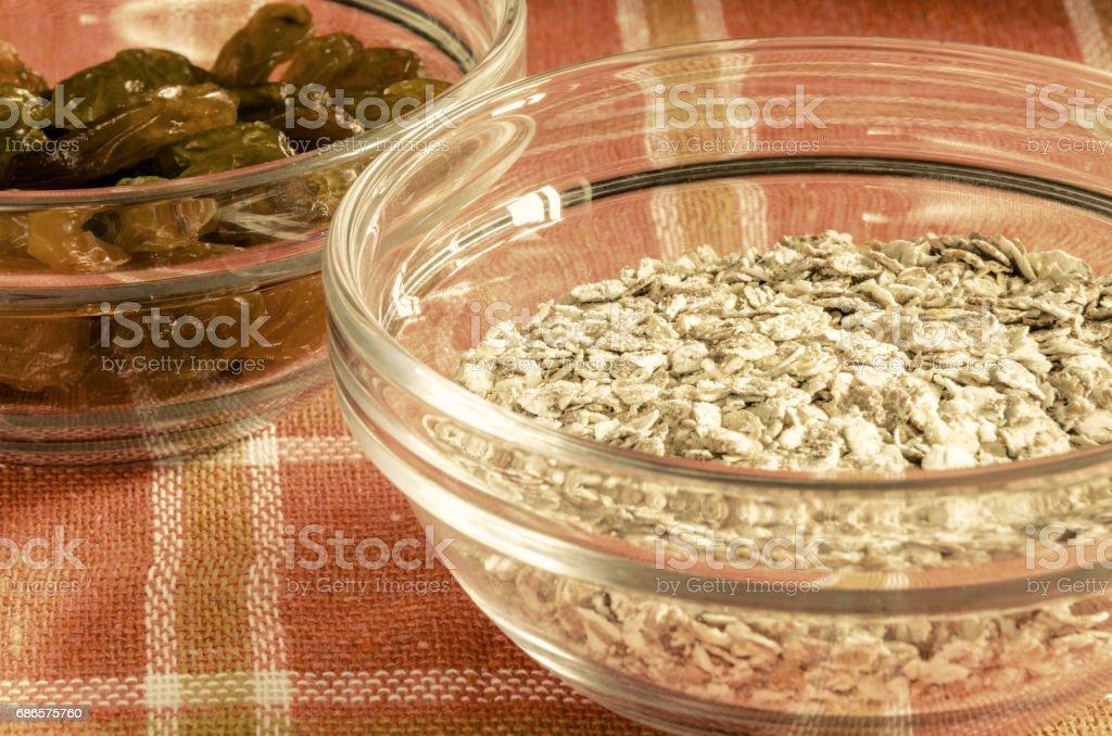Flocons d'avoine et raisins secs dans un bol en verre photo libre de droits