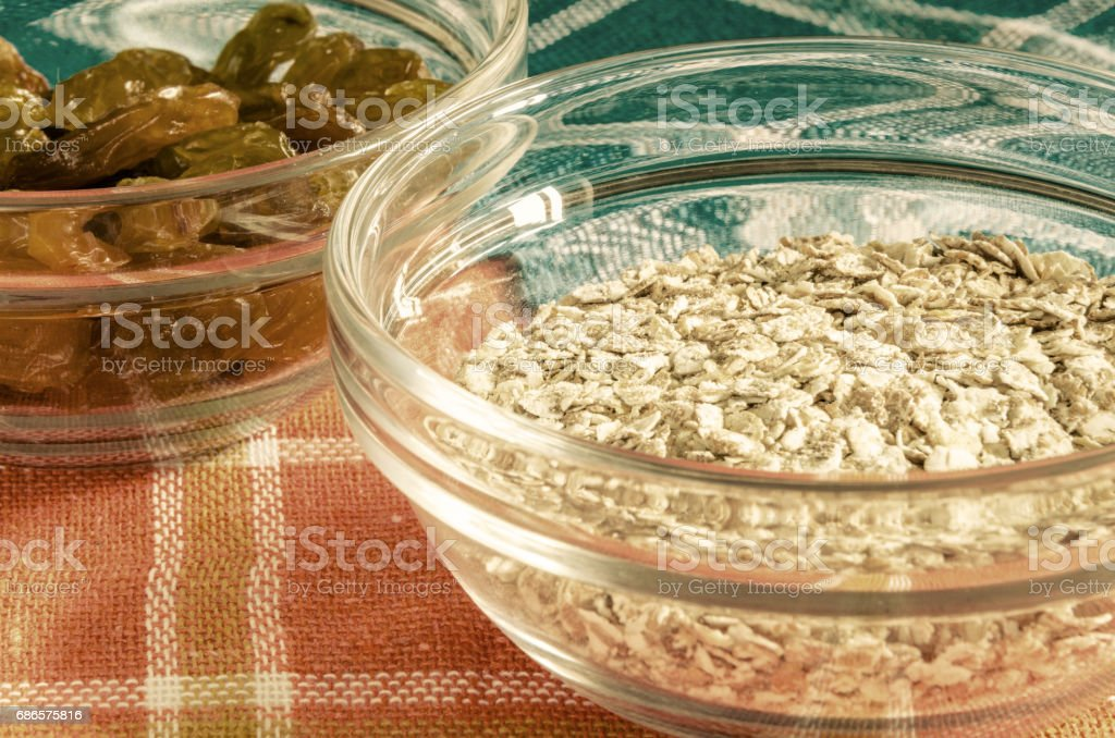 Oat flakes and raisins in a glass bowl foto stock royalty-free