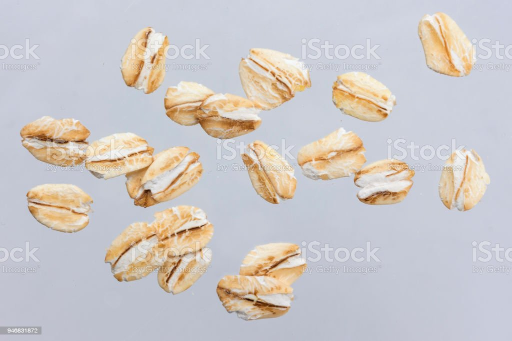 Flocons d'avoine isolés sur fond blanc. Bouchent. - Photo