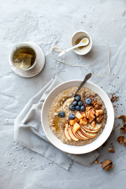 oat porridge with fresh fruits - porridge foto e immagini stock