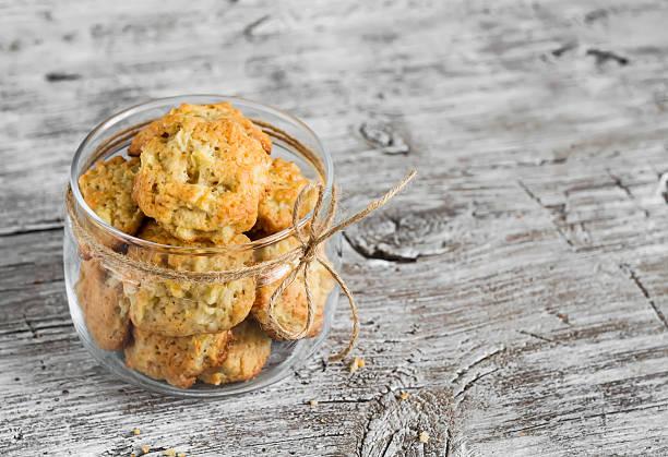 hafer-cookies mit äpfeln in einem glas jar - hafer cookies stock-fotos und bilder