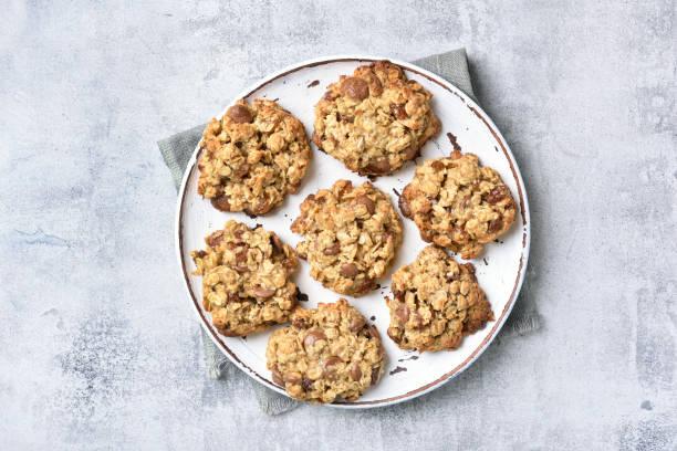 haferflocken-cookies mit schokoladenstückchen und rosinen - hafer cookies stock-fotos und bilder