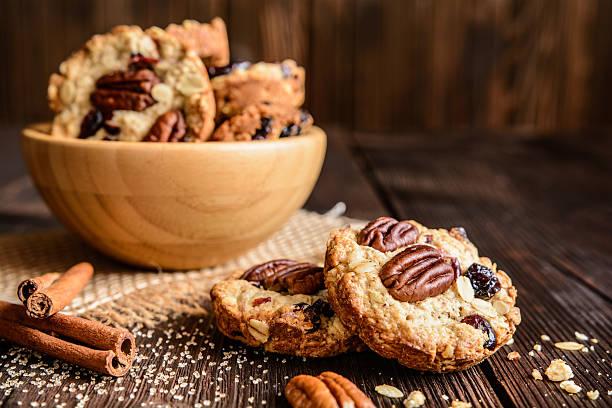 oatmeal cookies with pecan nuts, cranberries and honey - zimt pekannüsse stock-fotos und bilder
