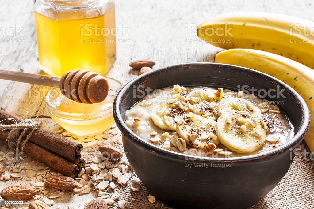 oatmeal porridge in a bowl. healthy breakfast - Foto de stock de Alimento libre de derechos