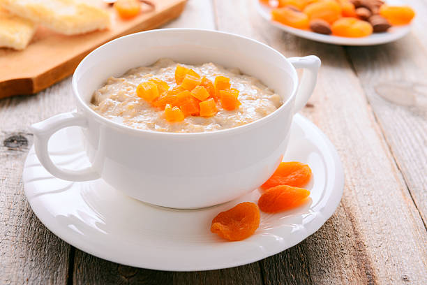 Oatmeal Haferbrei mit getrockneten Aprikosen in Weiß Schüssel – Foto