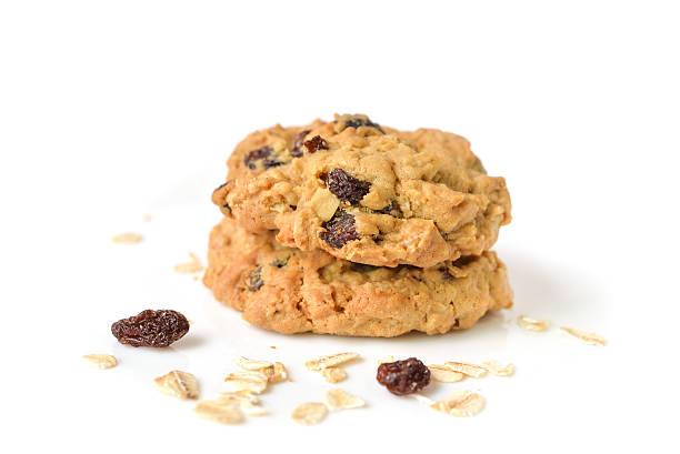 haferbrei-rosinen-kekse auf weißem hintergrund-isoliert - hafer cookies stock-fotos und bilder