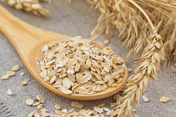 Fiocchi d'avena con orecchie di cereali - foto stock