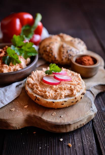 obatzda - traditionelle bayerische aufstrich von käse, butter, zwiebel, paprikapulver und bier - bayerische brotzeit stock-fotos und bilder