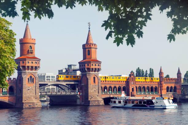 oberbaumbrücke in berlin, deutschland - oberbaumbrücke stock-fotos und bilder