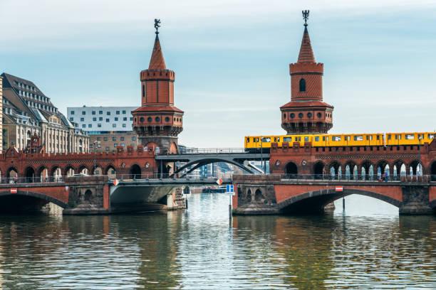 oberbaumbrücke in berlin, deutschland - kreuzberg stock-fotos und bilder